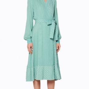 Overvejer at sælge kjolen, hvis det rette bud kommer, da jeg desværre ikke får den brugt. 💚 Np: 2.600 kr