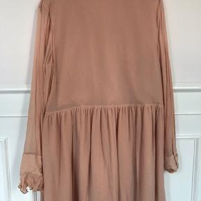 Smuk kort kjole med sløjfe og flæser Brugt få gange