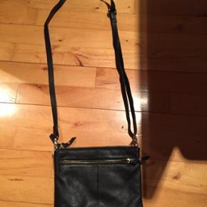 Depeche - Lækker crossover taske -sort - mål L 22 H 18 - kun brugt 2 gange - nypris var 800 - sender gerne på købers regning