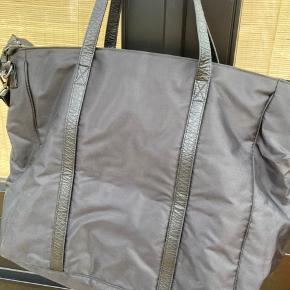 Endnu engang nedsat pris (fra 375,-) til 250,- Drønlækker sort weekendtaske med læderremme og mange rum. Aldrig brugt. Måler ca. 40 cm i højden og bredden er ca. 55 cm, når den ligger fladt på bordet. #secondchancesummer