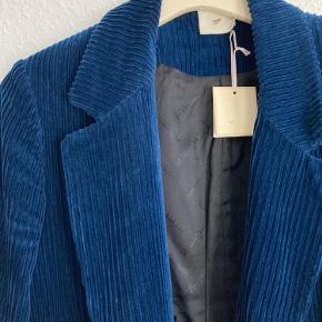 Fin oversize, double breasted, fløjs blazer med fint sort for💙  100 % bomuld. Passer str. 36-42, alt efter hvor oversize man vil have den.  Købt for 1/2 pris af 3500 kr. Kvittering haves.