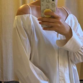Flot hvid skjorte med bare skuldrer med hvide stropper !  Store flotte ærmer !  Str 42  oversized stil