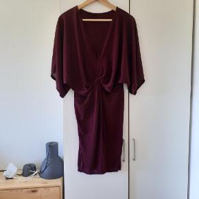 Vinrød kjole med kundedetalje. Prøvet på, men aldrig brugt.