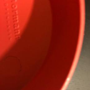 Enkelt lysestage fra Normann Copenhagen - en ny og funky udgave af den klassiske karlekammerstage. Farve : Brændt rød  Mål.: H 9 cm x Ø 10,3 cm  Materiale: Zink  Prisen er ved afhentning . Sendes med DAO på købers regning