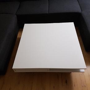 Lækkert stort sofabord sælges da vi bare trænger til et nyt, der er to små brændmærker i ,men ellers fejler den intet,der er to skuffer og to hylder i  Det er købt i ikea, bordet hedder Tofteryd og koster 1499 fra ny, den måler 95x95 og er 31 høj. Den er ca 3 år gammel