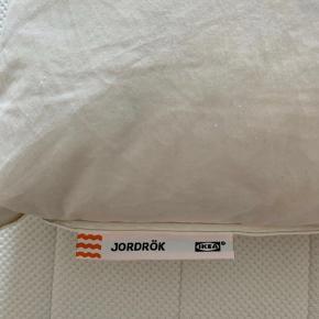 2 stk. IKEA Jordrök hovedpuder, købt for et par måneder siden. Det er den bløde model. Kom gerne med et bud.