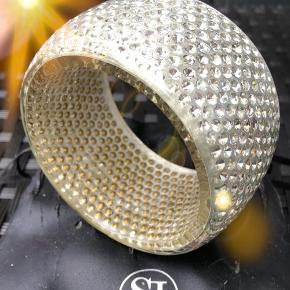 Super Flot Sif Jacobs Armbånd fra ISOLA Kollektion. Smukt Hvidt armbånd, med Swarovski krystaller indlagt i et glat lag af resin.  Hunden har desværre revet original-pose lidt i stykker :-( ... Armbåndet fejler absolut intet :-) Nypris 1499 kr
