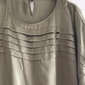Fed silke. Meget lækker. Brugt max 2-3 gange.  BM ca 2x 73 cm.  Dette var en dyr bluse - giver derfor ikke mængderabat på den.   Virkelig flot til efteråret. Kan absolut tangere de flotte silke tunikaer fra Dea Kudibal og Anna Scholz.