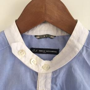 Super fin skjorte med kinakrave i blå i str. L. Den er som ny. Pris: 250 kr. eller andet godt bud!