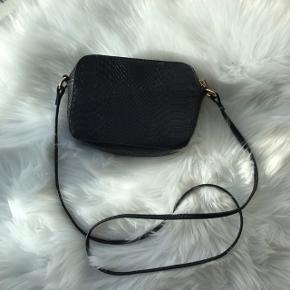 Flot og simpel ASOS crossbody taske med 'slange' agtigt mønster på!🌸