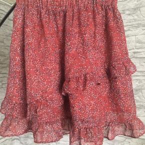 Lækker nederdel fra vero moda. Ikke sikker på om de sælger den mere. Brugt få gange Str. Xsmall Np omkring de 250-300 Mp 180kr 🌸🌸🌸🌸🌸🌸🌸🌸