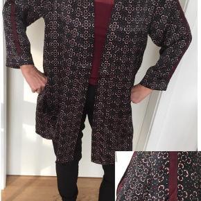 Brand: Zoey Varetype: HELT NY smuk kimono Farve: se foto Oprindelig købspris: 500 kr.  HELT NY Meget smuk kimono fra Zoey (stor-pige-mærke) Opsmøg på ærmer, 2 lommer og klassisk kimonokrave - kan/skal ikke lukkes Str. XL (54/56)-bryst ca 150 – længde ca 90 KUN kr. 225,- (butikspris kr. 500,-) Sender med GLS som forsikret post til kr. 39,-