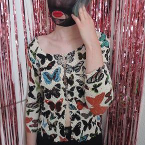 Cardigan med sommerfuglemønster og flot pliseret detalje på bagsiden.