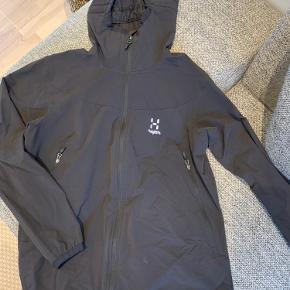 Brugt 2 gange. Letvægts softshell jakke fra Haglöfs. Str passer nærmere til en stor S eller M. Nypris 1.099,-
