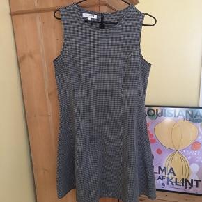 Flot kjole fra Redgreen, størrelse 36. En smule taljeret og sidder flot på!