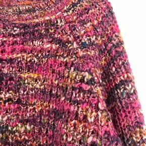 Super flot strik i pink/lilla farver. Ca. 65 cm fra ærmegab til ærmegab. Ca. 58 cm lang.   Bytter ikke!