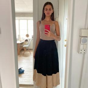 jeg sælger denne smukke nederdel, da jeg aldrig får den brugt.