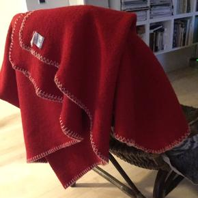 Plaid i 100% ren ny uld fra Klippan. Naturfarvet stikning langs kanterne.