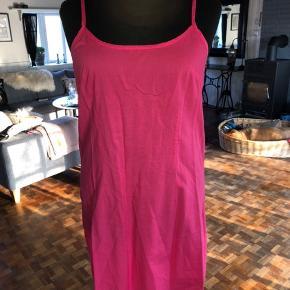 Ikke rød men cherissefarvet kjole i 100% hør med lommer og underkjole i bomuld. Størrelse L. 150kr