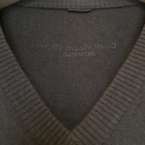 Blød sweater fra Moshi Moshi Mind i 100% cashmere str hedder L/XL Brystmål: 63 cm på tværs fra armhule til armhulen, dvs 126 cm i omkreds + strech. Længde: 63 cm fra nakken og ned. Overordnet set i flot stand uden huller, pletter, fnuller eller lign. Har en lille reperation på ærmet efter et tråd udtræk (se foto). Søgeord: kashmir cashmere bluse strik strikket grå mørkegrå v-neck trøje knit