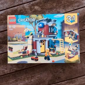 LEGO Creator, 31081 LEGO® Creator Modular Skate House.  Hav det sjovt med forskellige aktiviteter med dette 31081 LEGO® Creator Modular Skate House. Fra 8 år.  – 3-i-1-sæt med skateboardhus, spillehal og skateboardpark – Detaljeret indretning med skateboardrampe, armgangstativ, klatrevæg og basketballkurv – Indeholder 2 minifigurer samt skateboard og sparkecykel – Antal dele: 422 – Mål: Skateboardhus: H16 x B23 x D13 cm Spillehal: H7 x B22 x D17 cm Skateboardpark: H6 x L18 x B19 cm  Sættet er åbnet, samlet og derpå skilt. Komplet med manuaer, kasse og samtlige klodser