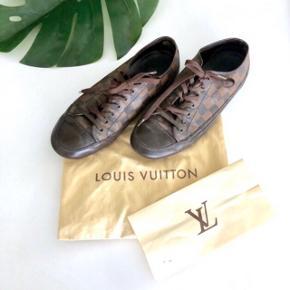 ▫️Louis Vuitton LV ▫️Sko, sneakers ▫️Str 42 (mænd) ▫️Damier ▫️Kvittering, dustbag og nye snørrebånd medfølger ▫️Se lille hul i hæl (derfor de sælges så billigt, ellers rigtig god stand)