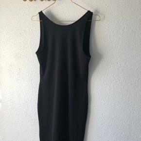 Fed kjole fra Envii med dyb ryg. Den er træt af at hænge i mit skab og vente på at jeg kan passe den 😂