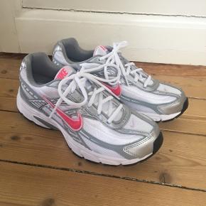 Sælger mine helt nye Nike Initiator, da de desværre ikke passer mig. De er str. 41 og måler 26.5 cm, men passer str 40 / 40.5🌷 Mp. 900 De er stadig i den originale kasse😊 Kan sendes eller afhentes i Aalborg! Spørg endelig for flere billeder!