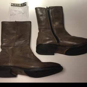 Vero Cuoio støvler fra Frølund str. 37,5 som nye. Kvittering haves. Nypris 1899 kr. Købt for 1300 kr. Byd.