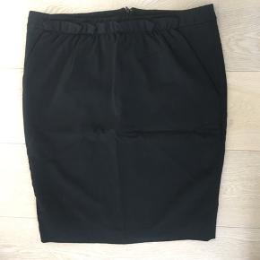 Super lækker nederdel - str. 44 it men lille i strørrelse med strech.   Fine detaljer.