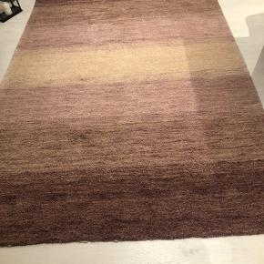 Rigtig fin gulvtæppe i Bordeaux/Rosa/lilla. Billedet snyder lidt pga lyset.  Str: 170*240  Afhentes i Tilst. Kan medbringes til Horsens eller Skanderborg