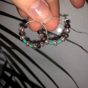 Fineste perleøreringe Perlerne kan nemt tages af/byttes rundt/ udskiftes hvis man ønsker