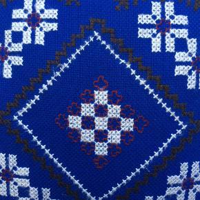 Skøn broderet retro sofapude inkl. pude, sort/blå. Smuk blå farve, meget lidt brugsspor, inden dårlig lugt. Bagside er sort bomuld. Handler ikke mobile.