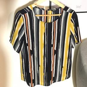 Super fin T-shirt fra MbyM str xs Lækkert kvalitet - flot pasform  Brugt 1 gang  Den er meget mørk blå (ikke sort) Knap i nakken