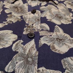 Langærmet slim fit skjorte fra Matinique. Mørkeblå med store blomster.