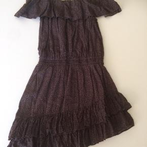 Denne kjole er helt fantastisk! Stoffet er leopard i mørk brun.  Der tynde skulderstropper og selve kjole kanten sidder på skulderene. Der elastik i livet og flæser nederste hvor kjolen er skåret skrå, går til lige over knæet. Tøj mærket er taget af i nakken da min datter syntes det kradsede. Men kjolen fejler absolut intet. Lille i str. Svarer til 7-8 år... Ny pris 800kr... nu 200 kr... Sender gerne flere billeder via SMS... Se os mine andre annoncer...