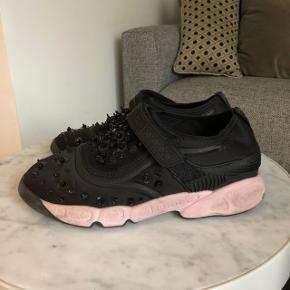 Super smukke Dior fusion Sneakers, Trainers i størrelse 37. Bruger 37-38 og de passer perfekt. Har ikke æske eller lignende. Spørgsmål om ægthed besvares ikke! Skoene er ægte. Hælen er lyserød  Bytter ikke!