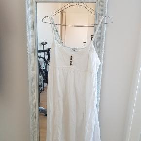 Hvid maxi kjole i bomuld Den er størrelse xs Længde - fra amhule til bunden er den 112 cm  Man kan justere stropperne Knapped kjole i toppen