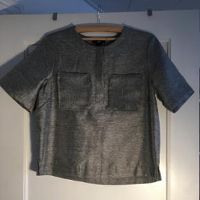 Grå/sølv skjorte fra H&M, str 40 svarer til en 38. Aldrig brugt.