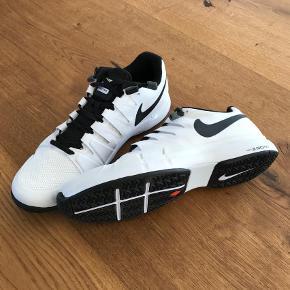 Varetype: Andet Størrelse: 44 Farve: Hvid Oprindelig købspris: 699 kr.  Nike Zoom tennisko.. aldrig brugt! Mp. 500