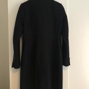 Sælger denne Modström Odelia frakke i sort, str. Xs. Den fejler som sådan ikke noget, ingen huller dog sidder nogle af knapperne lidt løst men kan syes bedre fast. Den kan blive vasket inden salg. Byd.