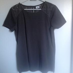 T shirt med fine blonde detaljer. Str 36. Fin stand. Kan hentes i Nørresundby eller sendes på købers regning.