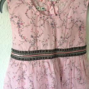 Name it - kjole Str. 92 Næsten som ny Farve: lyserød blomstret Lavet af:  100% polyester 100% bomuld Køber betaler Porto!  >ER ÅBEN FOR BUD<  •Se også mine andre annoncer•  BYTTER IKKE!