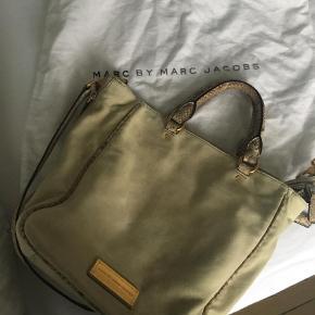 Varetype: Håndtaske Størrelse: Mellemstor Farve: Beige  Super fin beige taske fra Marc By Marc Jacobs.  Ingen huller, pletter el noget. Er sat som god men brugt, da det er ruskind.  Det er svært at tage billeder af ruskind, den er meget pænere i virkeligheden. Sender gerne flere billeder, hvis man er interesseret i at købe.   Kom med et bud 😊  BYTTER IKKE