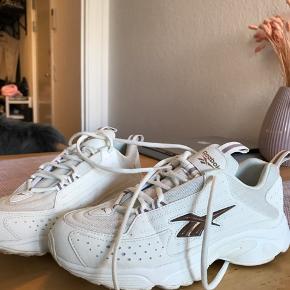 Sælger mine Reebok hvide DMX Series 2200 Low Top Sneakers, da jeg ikke har fået dem brugt nok. Det er kun brugt 2 gange. Fik dem i gave i maj måned