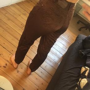 Lækre Otto Kern satin bukser, som sidder behageligt og giver et lille løft bagpå. Ingen skader, men lidt slidte. Er desværre vokset ud af dem.