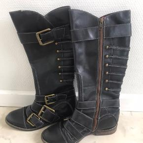 Lucky Brand støvler i kvalitetslæder med flotte detaljer/spænder. Nypris 699.