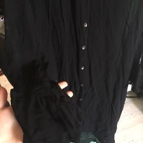 Gennemsigtig, lang tunika/skjorte fra HM. Jeg har brugt den som kjole. Fin detalje med flæser ved håndleddene.
