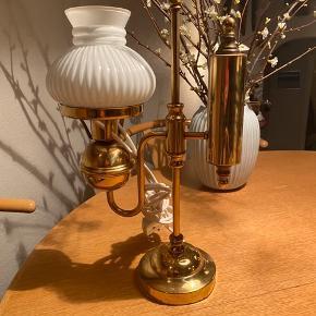 Gammel flot Messing lampe, udformet som en gammel petroleumslampe, muligvis en Holmegaard . Højde 42 cm , bredde 25 cm.  Ingen returnering. Afhentes på 8270 Højbjerg.  Reserver gerne når halvdelen af beløbet betales ved reservationen , svarer varen ikke til din forventning refunderes pengene.