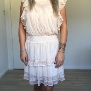 Super sød kjole med fine detaljer 🌸